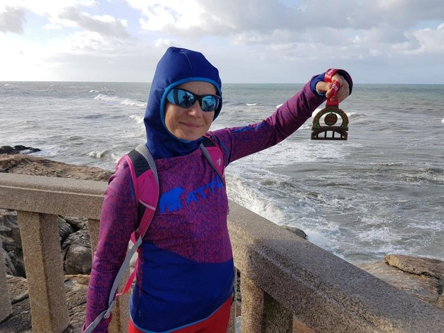 dziewczyna z medalem nad oceanem atlantyckim