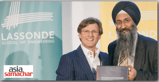 Lassonde School of Engineering founding dean Janusz Kozinski presents the Renaissance Engineer of the Year Award to Datawind's Suneet Singh Tuli.
