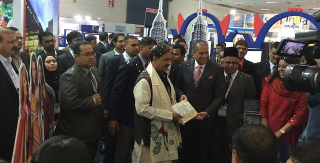 Daljit Singh (tie) handing a sketch book on Malaysia to India's Minister of Union Tourism Culture and Aviation Dr Mahesh Sharma at SATTE 2016 - PHOTO / TOURISM MALAYSIA