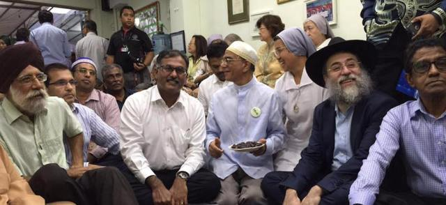 Gurmit Singh (left) from Singapore's Inter Religious Organisation (IRO) and members of various other faiths at the Muslim Kidney Action Association (MKAC) break fast (buka puasa) - PHOTO / FACEBOOK OF MURALI PILLAI