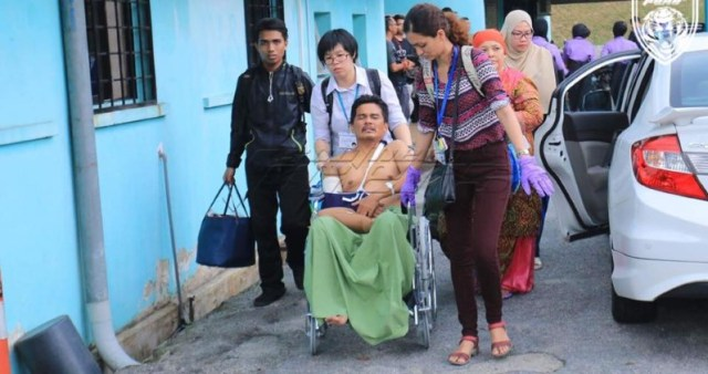 Dr Amarpreet Kaur (in purple gloves) assisting a patient evacuated from the Johor Bahru hospital after a fire incident on 25 Oc 2016 - PHOTO / SOUTHERN JOHOR TIGERS