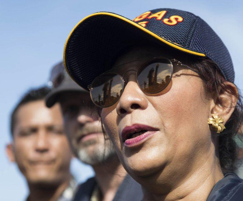 La ministra de Pesca de Indonesia, Susi Pudjiastuti, ha supervisado la demolición de barcos de pesca extranjeros capturados en aguas de Indonesia.  Foto: NurPhoto vía AFP Forum / (Donal Husni