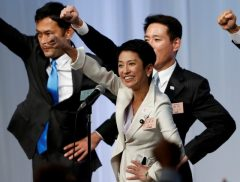 Japan's main opposition Democratic Party's new leader Renho (C) raises her fists with her party lawmakers after she was elected party leader at the party plenary meeting in Tokyo, Japan September 15, 2016.   Photo: Reuters/Toru Hanai