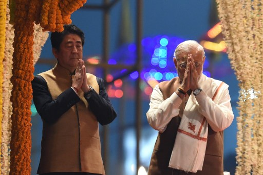 Japanese Prime Minister Shinzo Abe (left) and Indian Prime Minister Narendra Modi pray as they attend the evening 'Aarti' ritual on the banks of the River Ganges at Varanasi on December 12, 2015. Photo: AFP / Prakash Singh