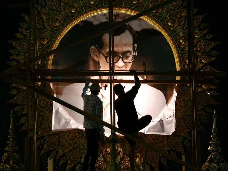 Workers climb scaffolding to install a portrait of Thailand's late King Bhumibol Adulyadej near the Grand Palace in Bangkok on October 19, 2016. Photo: Reuters/Athit Perawongmetha