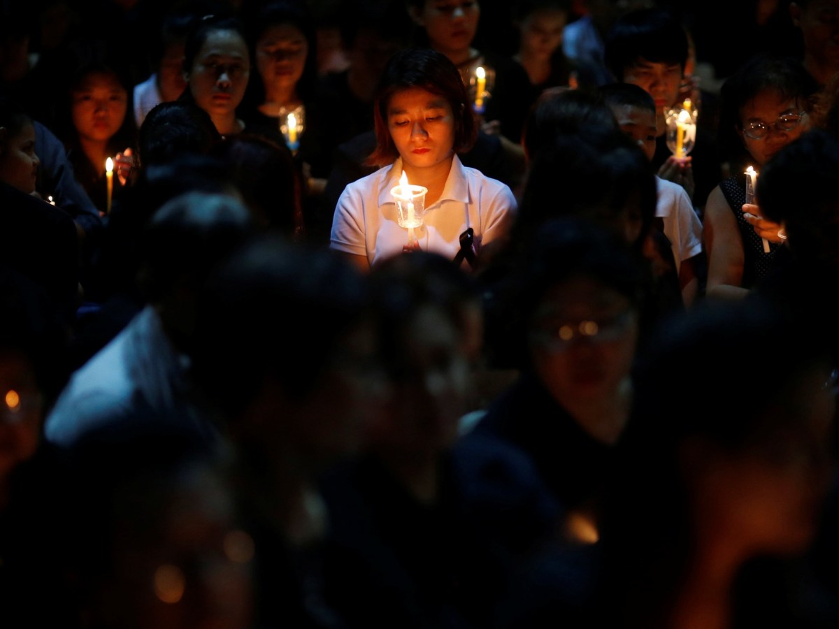 People pay their respect to the late Thai King Bhumibol Adulyadej at a candlelight vigil in Thailand. Photo: REUTERS/Edgar Su