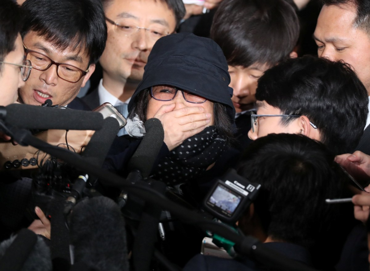 Choi Soon-sil, who is involved in a political scandal, reacts as she is surrounded by media upon her arrival at a prosecutor's office in Seoul, South Korea, October 31, 2016. Photo: Reuters/Kim Hong-ji