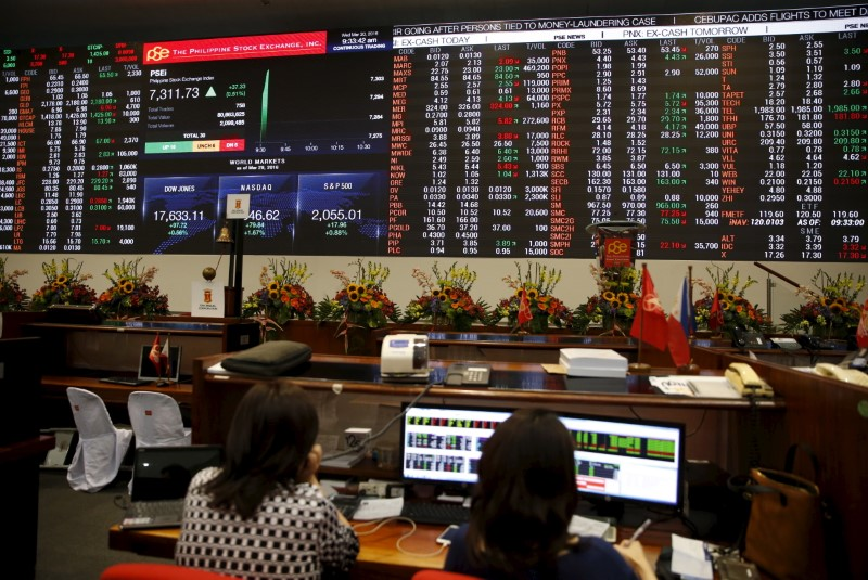 Traders work at the trading floor of the Philippine Stocks Exchange. Photo: Reuters, Erik De Castro