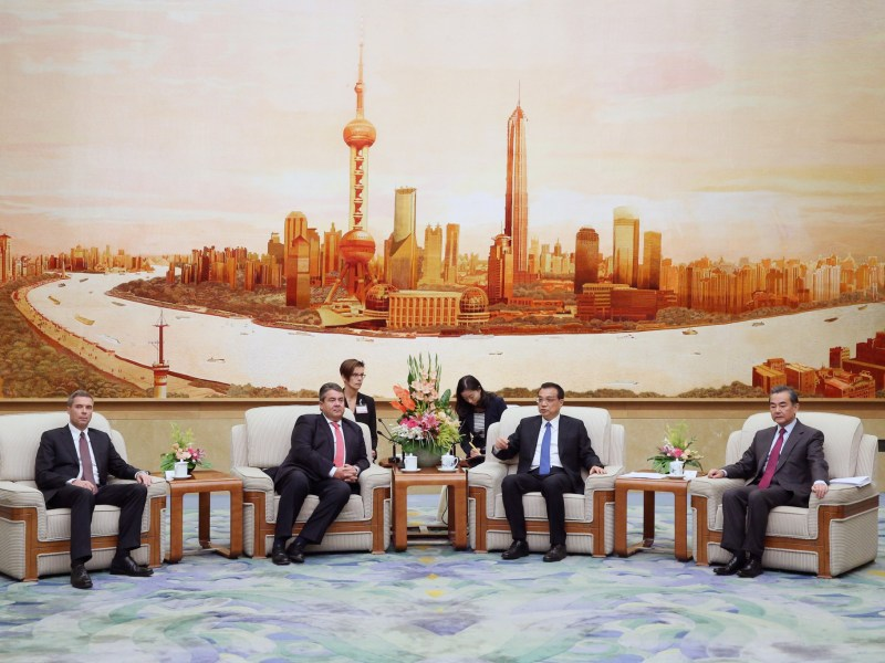 German Economy Minister Sigmar Gabriel and Chinese Premier Li Keqiang hold a meeting at the Great Hall of the People in Beijing. Photo: REUTERS/Wu Hong