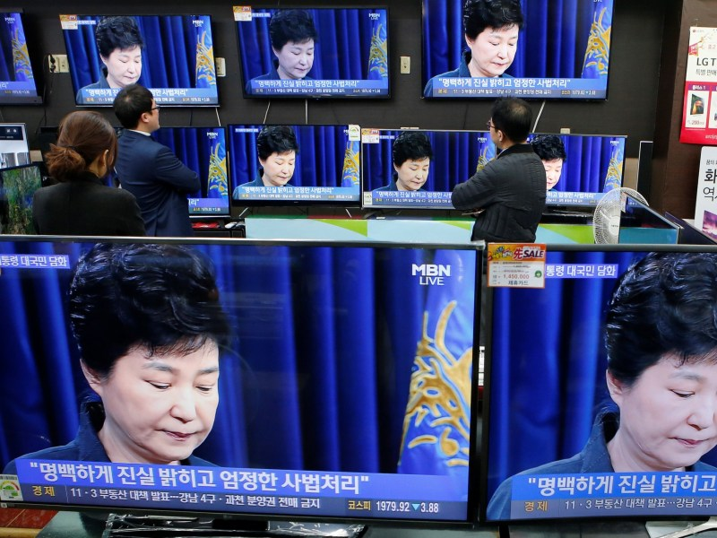 Employees watch TV sets broadcasting a news report on South Korean President Park Geun-hye releasing a statement to the public in Seoul, South Korea, November 4, 2016. Photo: REUTERS/Kim Hong-Ji
