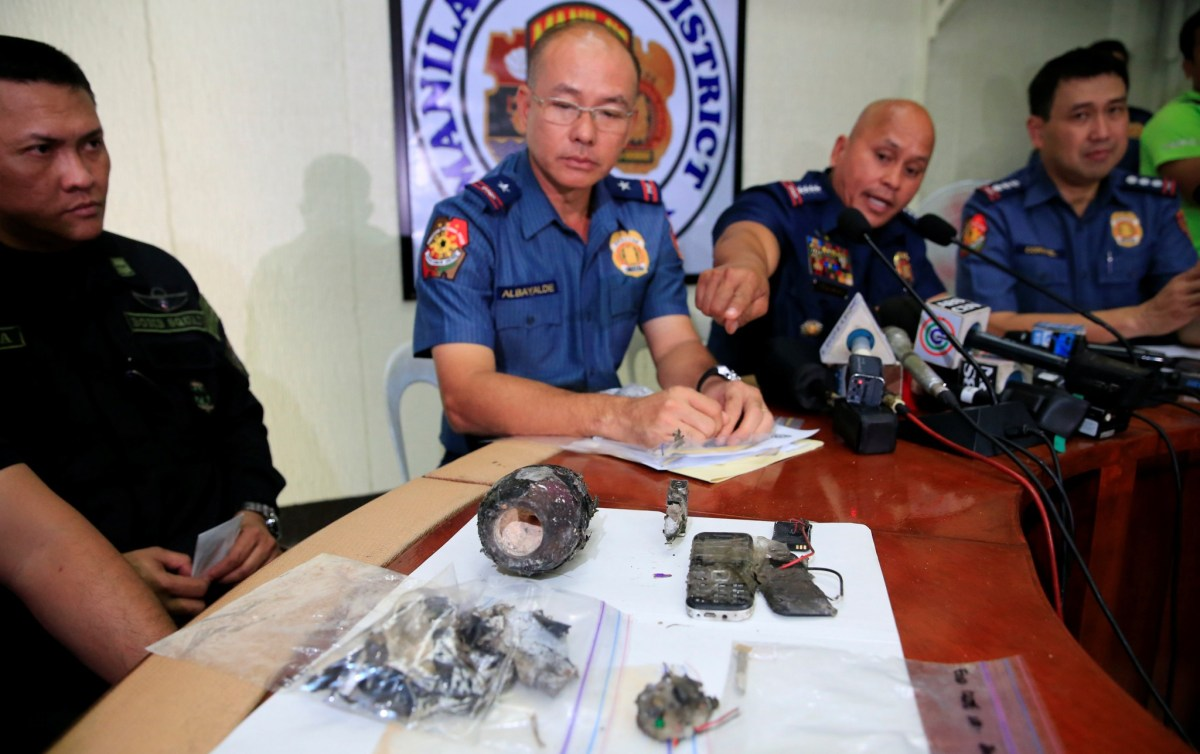 Philippine National Police (PNP) chief Director General Ronald Dela Rosa points at a part of an Improvised Explosive Device (IED) found near the US Embassy during a press conference in Manila, Philippines November 28, 2016. Photo: Reuters/Romeo Ranoco
