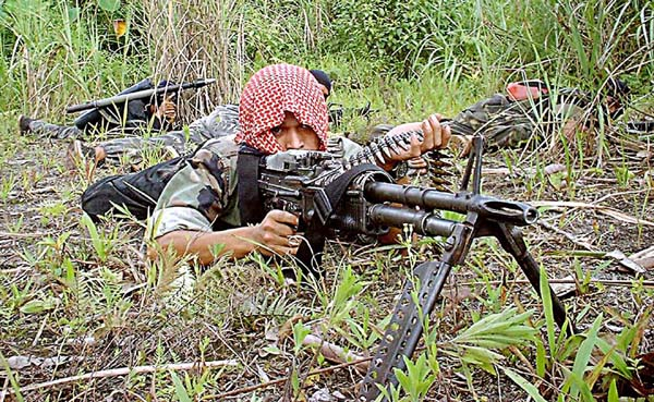 MILF militant lying prone, 1999. Photo: Keith Kristoffer Bacongco, via Wikimedia Commons.