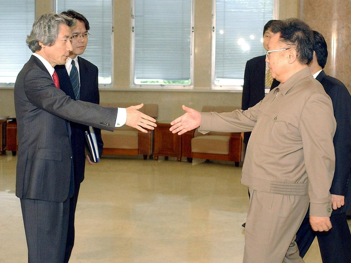 Japanese Prime Minister Junichiro Koizumi is welcomed by North Korean leader Kim Jong-il prior to their summit at the Taedonggang state guesthouse in Pyongyang.  Photo: AFP