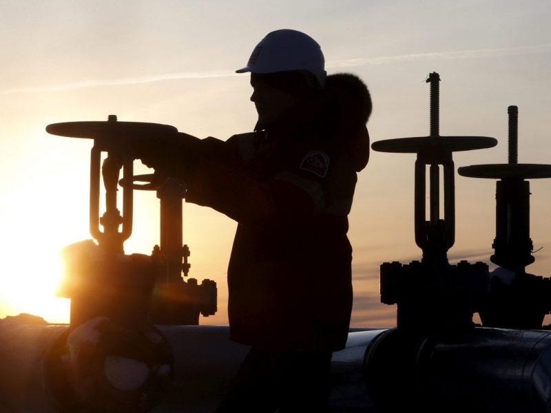 An oil worker at twilight in  Siberia. Photo: Reuters / Sergei Karpukhin