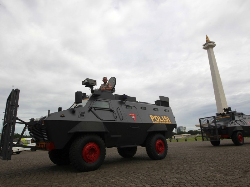 Police anti-riot vehicles arrive at the national monument, or Monas, ahead of Friday's planned protest against Jakarta's governor in Jakarta, Indonesia, December 1, 2016. Photo: Reuters/Iqro Rinaldi