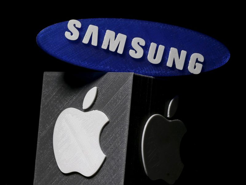 3D-printed Samsung and Apple logos are seen in this picture illustration on January 26, 2016.    REUTERS/Dado Ruvic/Illustration/File Photo