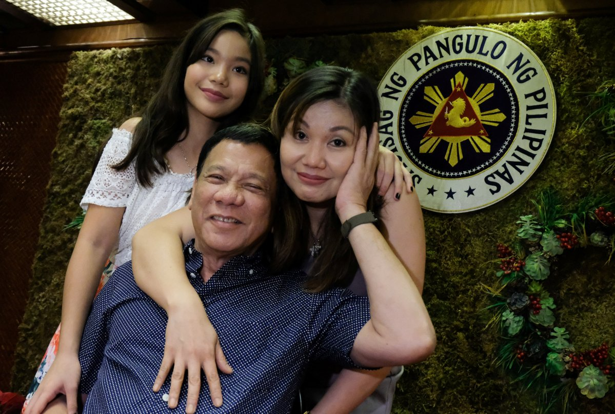 Philippine President Rodrigo Duterte, his common-law wife Honeylet Avancena (R) and their daughter Veronica pose for a photograph during a Christmas party at Malacanang Palace in Manila. Photo: Reuters / handout