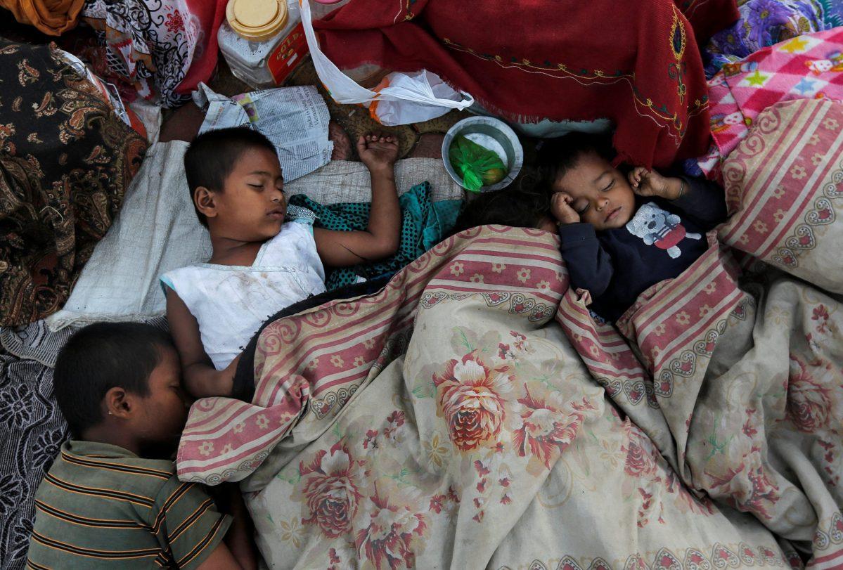 Homeless children covered in a blanket sleep on a sidewalk in Mumbai, India, January 3, 2017.  REUTERS/Danish Siddiqui