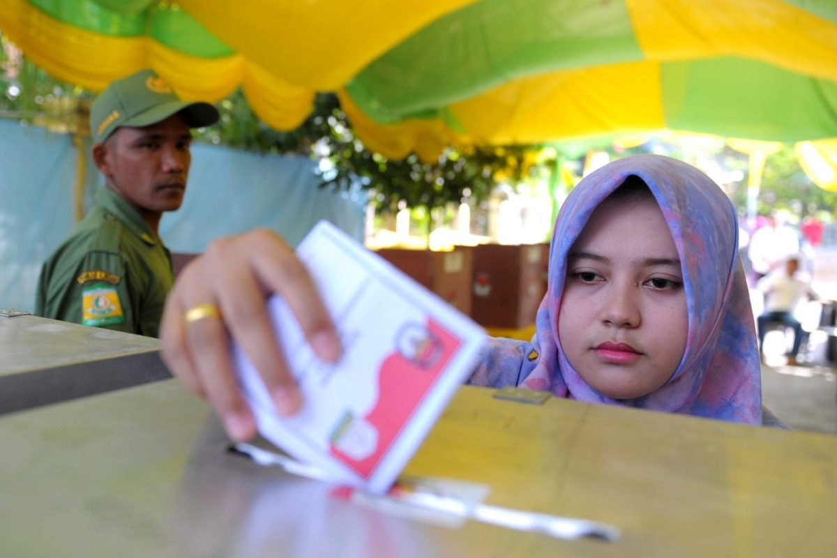 An Indonesian woman casts her vote at a polling station on February 15, 2017.About 100 local elections took place across Indonesia on February 15 but the race in the capital is the most hotly contested, with the top job in Jakarta seen as a stepping stone to victory in the 2019 presidential polls. Photo: AFP / Chaideer Mahyuddin