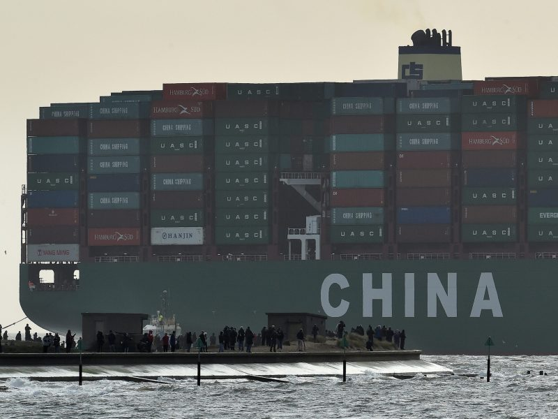 Onlookers watch from a harbour wall as the largest container ship in world, CSCL Globe, docks during its maiden voyage, at the port of Felixstowe in southeast England, January 7, 2015. Photo: Reuters/Toby Melville