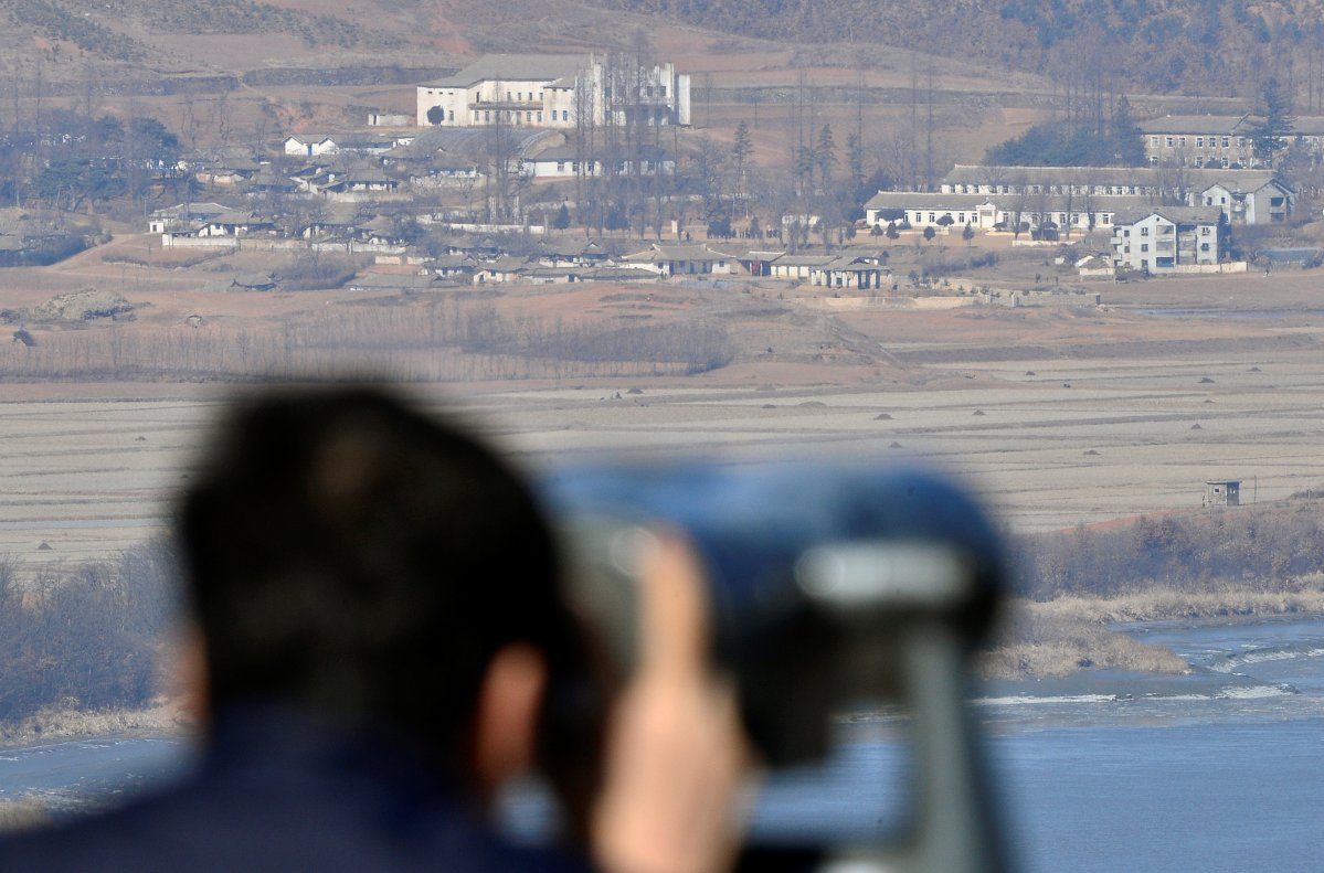 A man looks towards North Korea's propaganda village Kaepoong through a pair of binoculars from an observation platform, near the demilitarized zone separating the two Koreas. Photo: Reuters