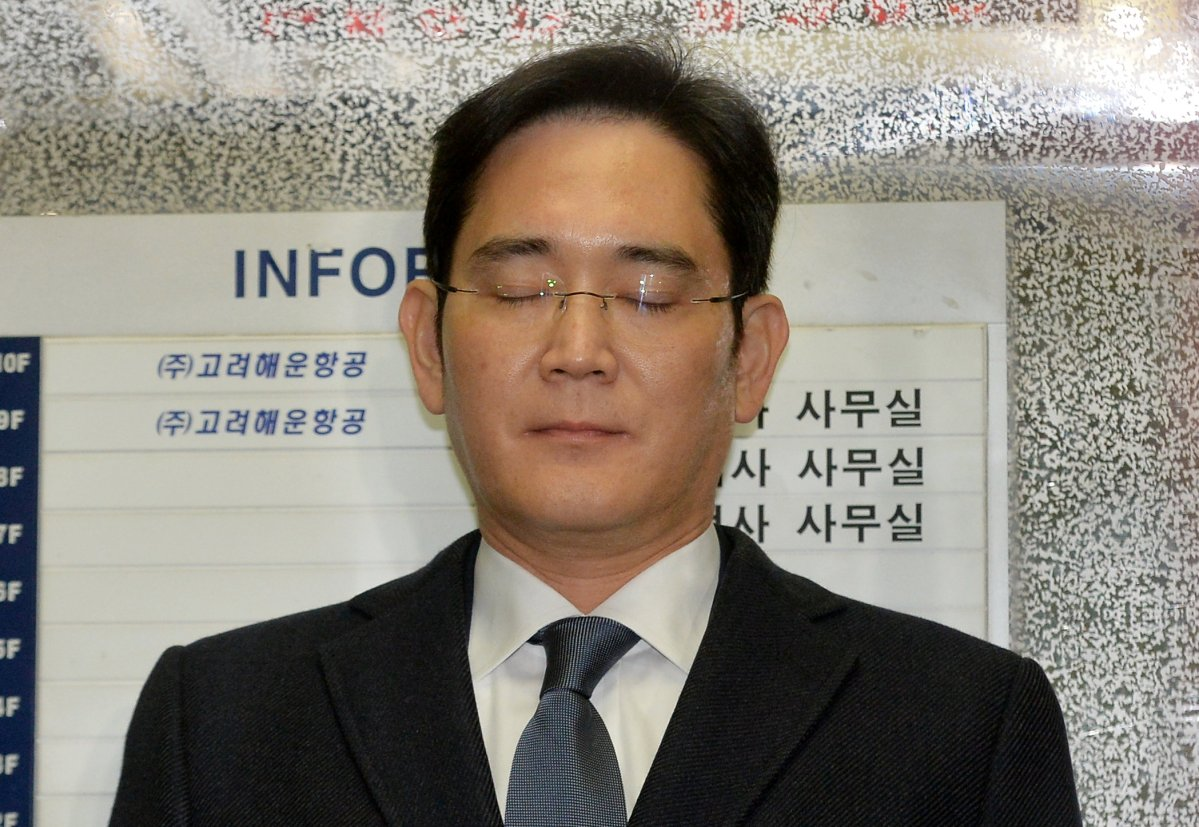 Samsung Group chief Jay Y Lee rides on an elevator as he arrives at the office of the independent counsel in Seoul, February 16, 2017. Koo Yoon-sung/News1 via Reuters