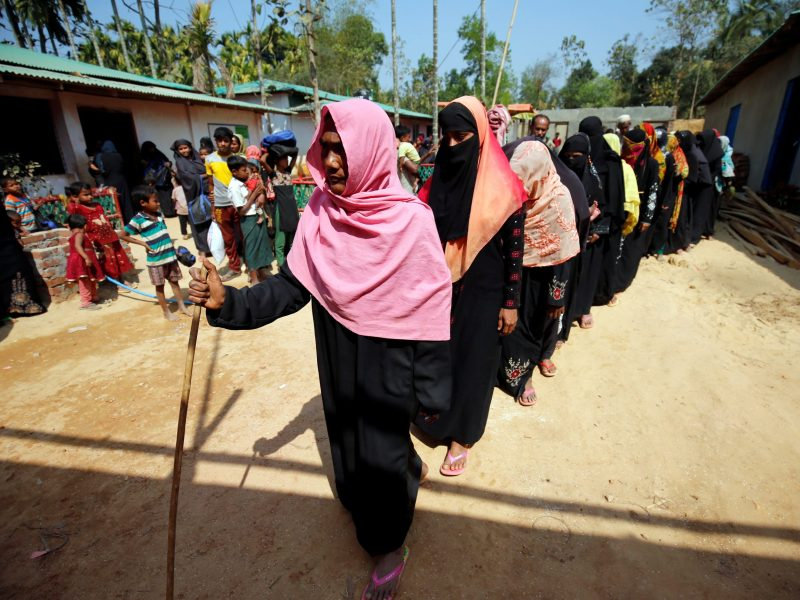 Rohingya refugees wait in a queue to collect relief, including food and medicine, sent from Malaysia at Kutupalang Unregistered Refugee Camp in Cox's Bazar, Bangladesh, February 15, 2017. Photo: Reuters / Mohammad Ponir Hossain