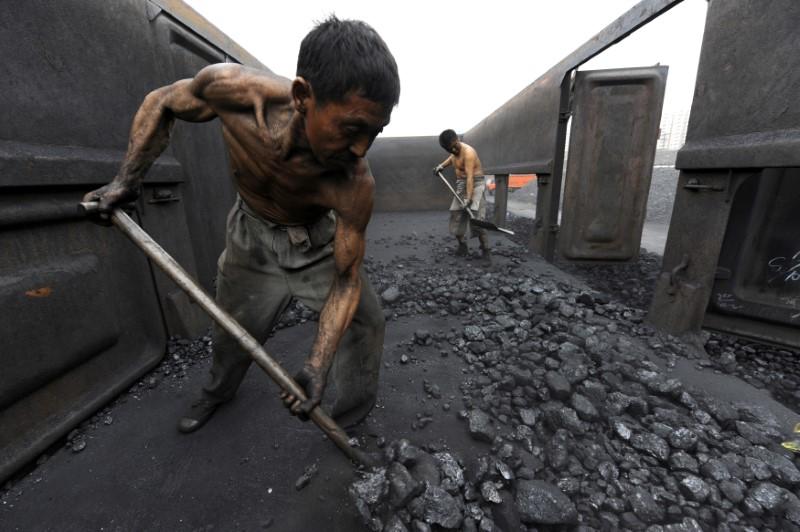 Workers unload coal in Hefei, Anhui province. Photo: Reuters / Jianan Yu