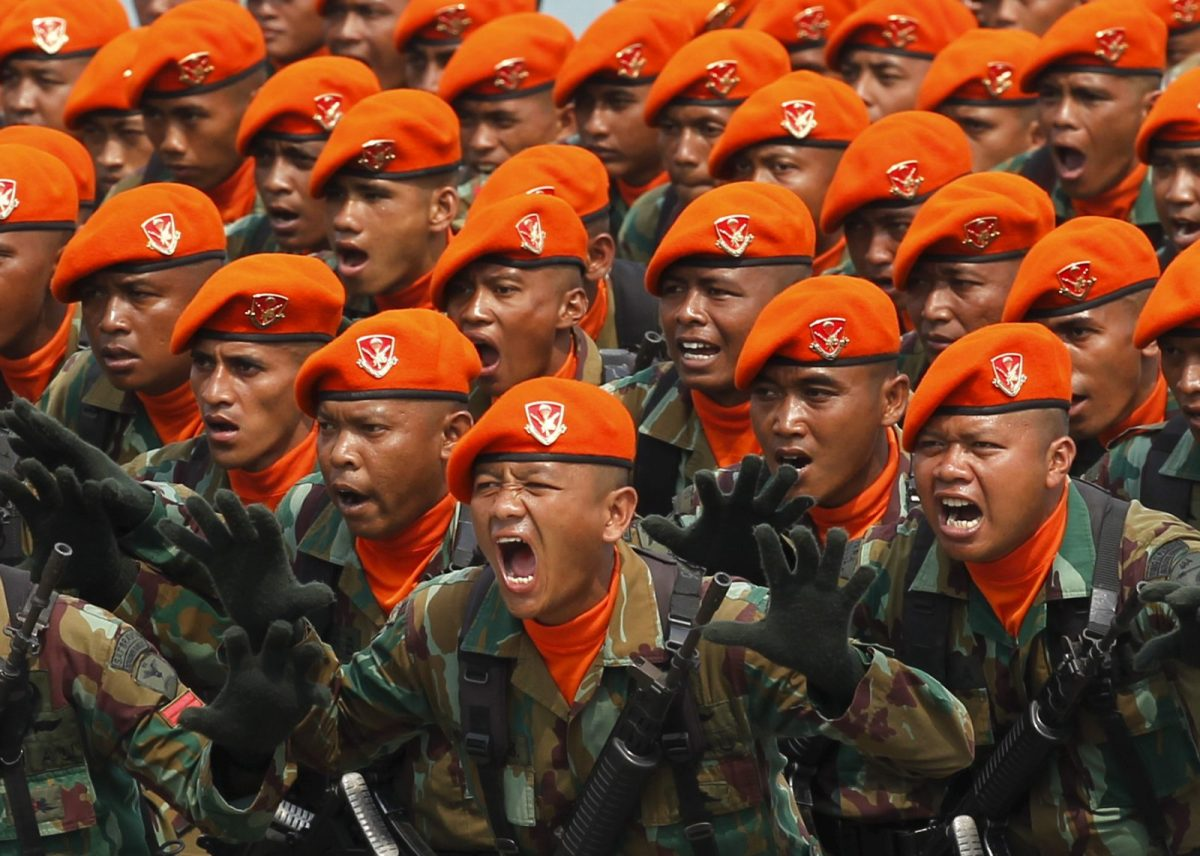 Indonesian soldiers shout slogans during a rehearsal for a ceremony to mark the 70th anniversary of the military in Cilegon, Banten province, October 2015.  Photo: Reuters/Beawiharta