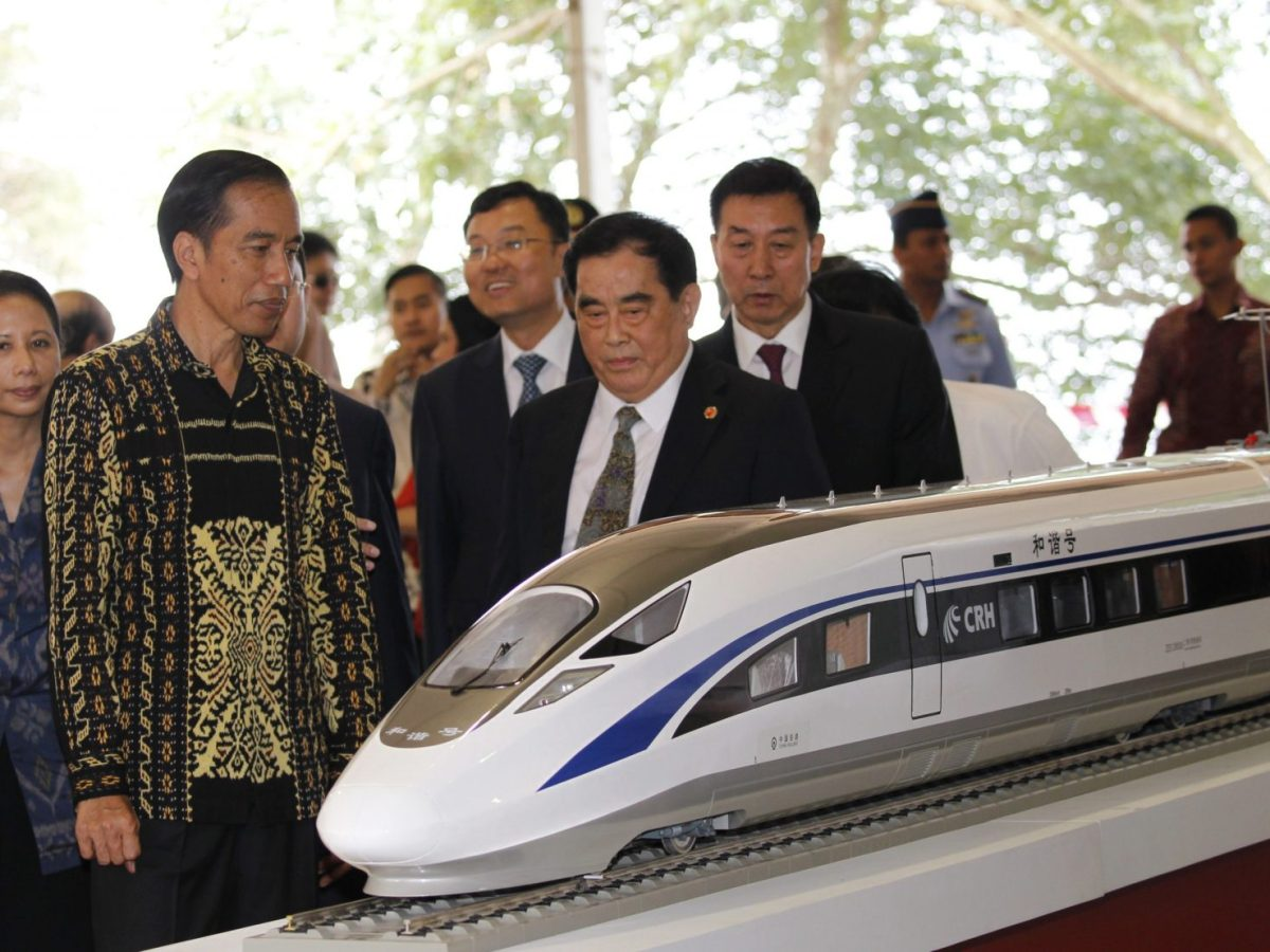 Indonesian President Joko Widodo (second left) and China Railway Corp manager Sheng Guangzu (center) examine  a high-speed-train model during a groundbreaking ceremony for the Jakarta-Bandung railway line in Walini, West Java province, on January 21, 2016. Photo: Reuters / Garry Lotulung