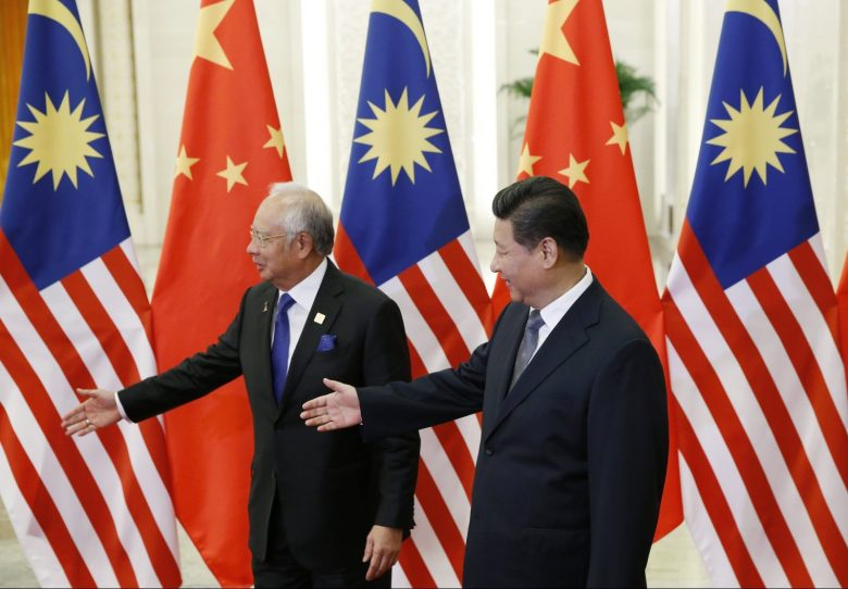 Malaysian Prime Minister Najib Razak (L) and Chinese President Xi Jinping during a meeting at the Great Hall of the People in Beijing, November 10, 2014. REUTERS/Kim Kyung-Hoon