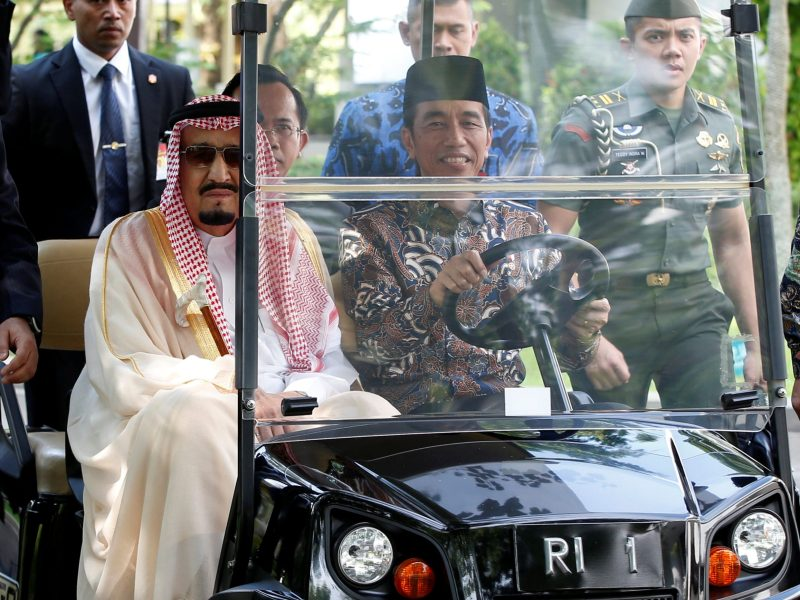 King Salman of Saudi Arabia rides in a golf cart driven by Indonesian President Joko Widodo at the presidential palace in Jakarta, Indonesia March 2, 2017.  Photo: Reuters / Darren Whiteside