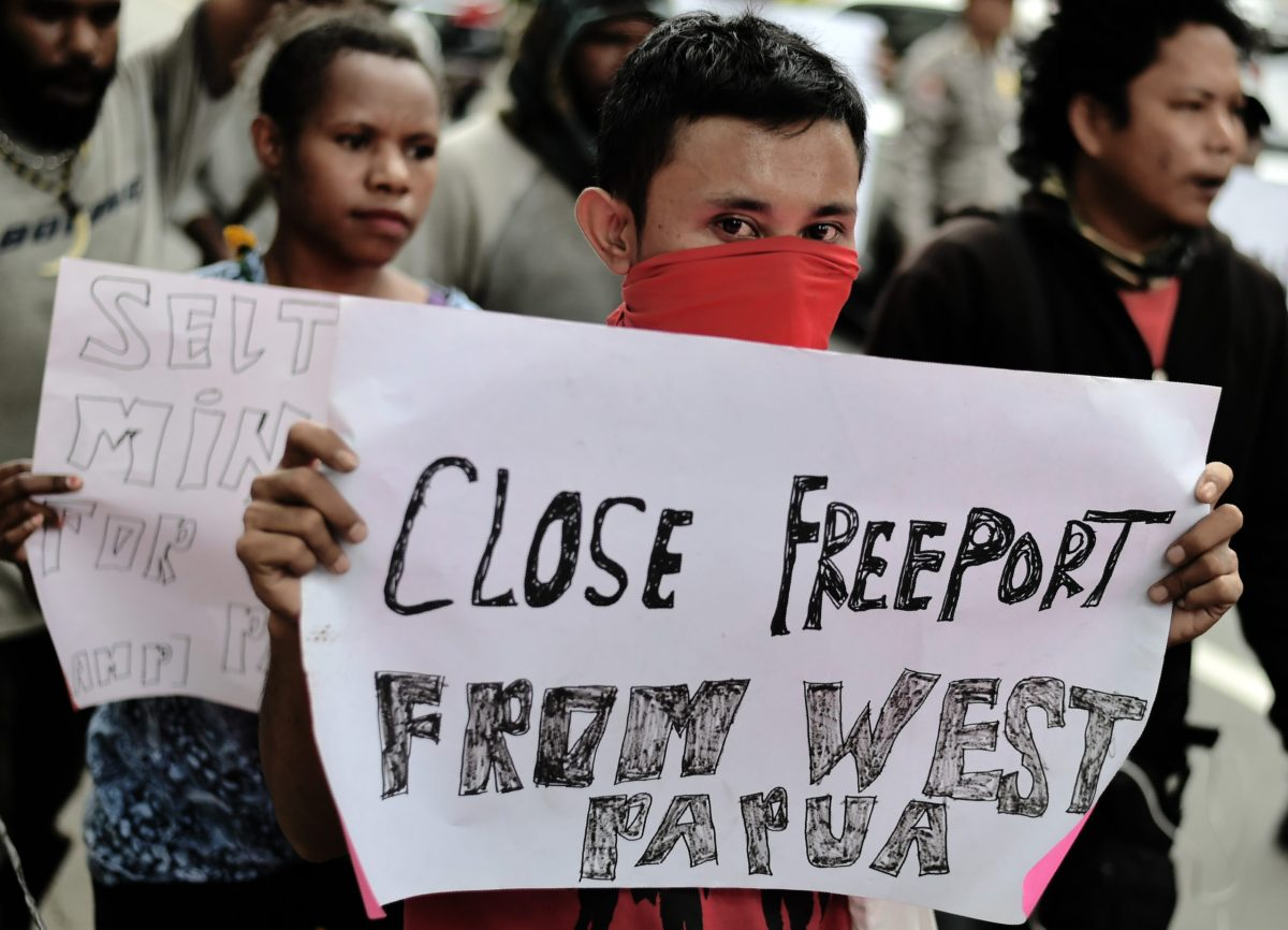 Papuan students display placards during an anti-Freeport rally in front of the US giant Freeport-McMoRan office in Jakarta on April 7, 2017.The students demanded an end to mining by Freeport in Papua and the freedom of Papua from Indonesia. / AFP PHOTO / Bay ISMOYO