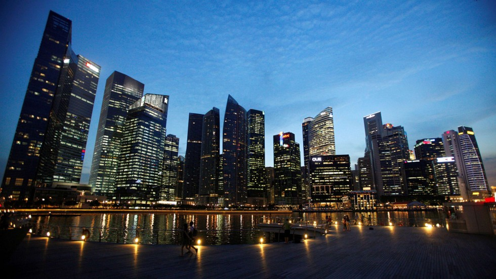People walk past the skyline of Marina Bay central business district in Singapore April 26, 2013. Photo: Reuters, Edgar Su