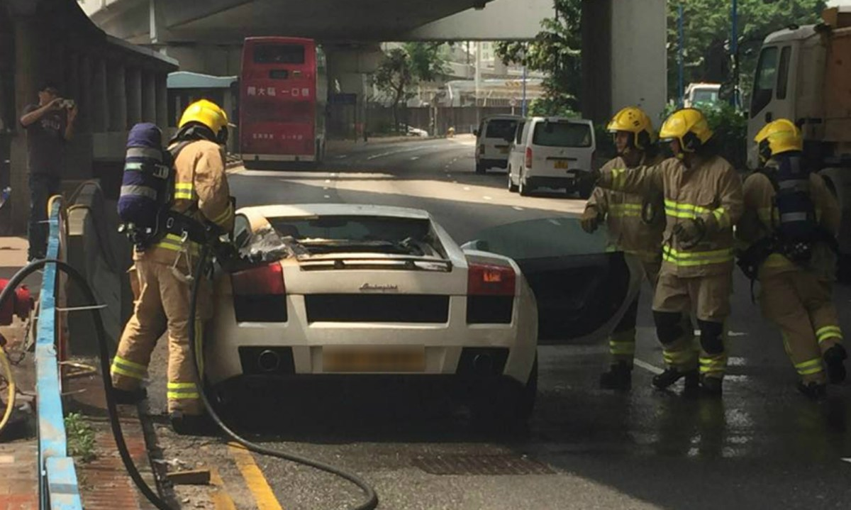 A white Lamborghini Gallardo Coupe catches fire on Kwun Tong Road. Photos: Hong Ho