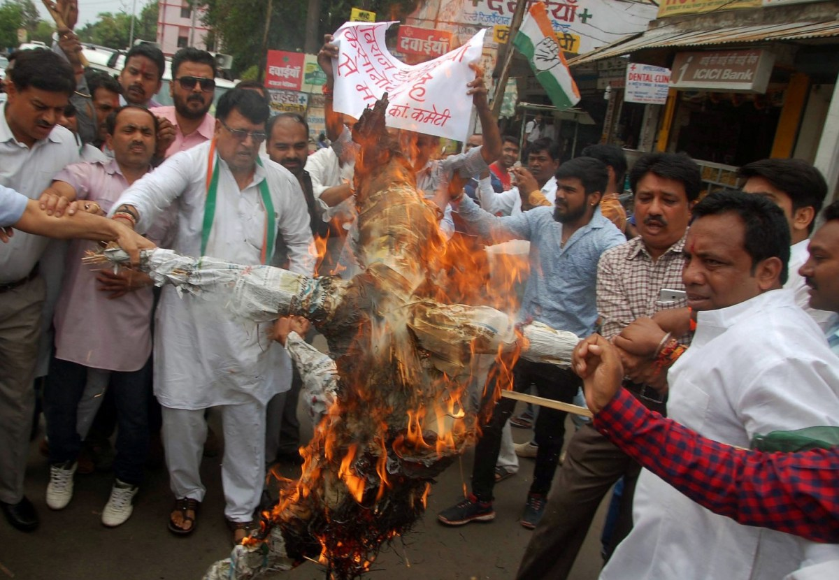 Demonstrators burn an effigy depicting Madhya Pradesh Chief Minister Shivraj Singh Chauhan during a protest organized by India's main opposition Congress Party in Bhopal. Photo: Reuters / Raj Patidar