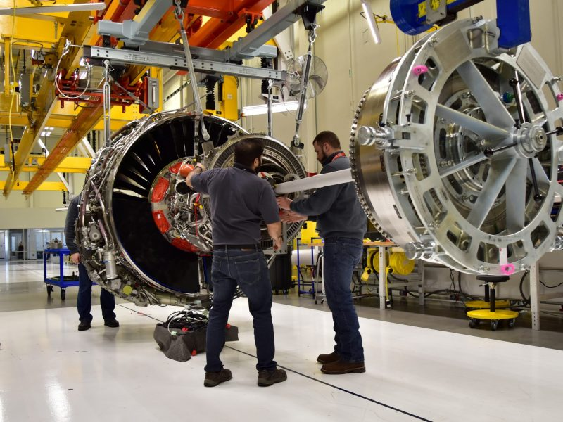 Technicians build LEAP engines for jetliners at a new, highly automated General Electric (GE) factory in Lafayette, Indiana. Photo: Reuters / Alwyn Scott