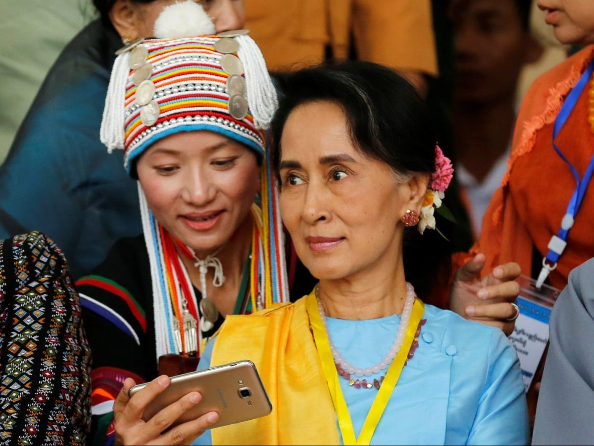 An ethnic woman takes a selfie with Myanmar State Counsellor Aung San Suu Kyi after the opening ceremony of the 21st Century Panglong Conference in Naypyitaw, Myanmar May 24, 2017. REUTERS/Soe Zeya Tun - RTX37CJT