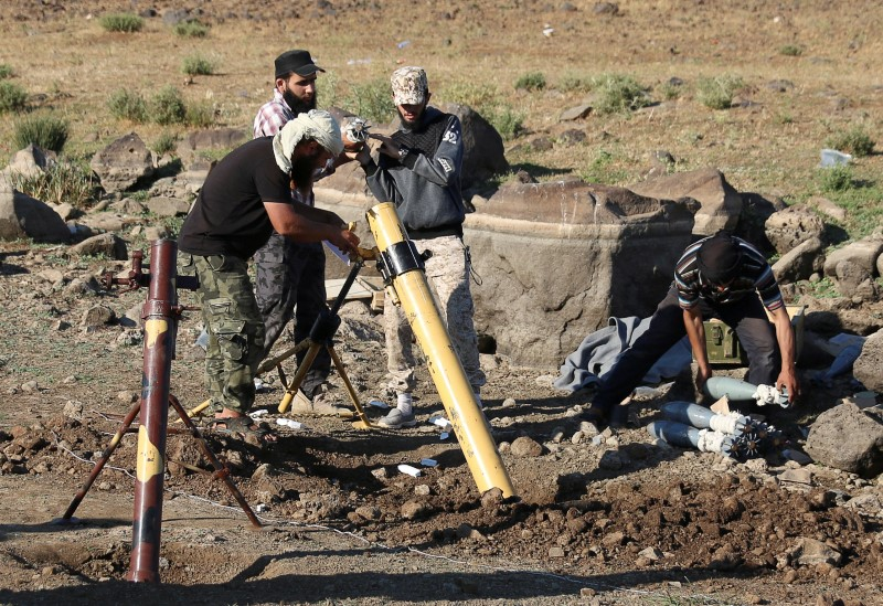 Rebel fighters prepare to fire mortar shells toward forces loyal to Syrian President Bashar al-Assad in Quneitra province, bordering the Israeli-occupied Golan Heights, on June 24, 2017. Photo: Reuters/Alaa Al-Faqir