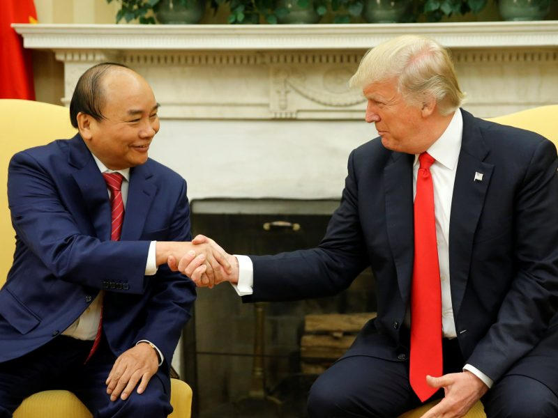 US President Donald Trump (R) welcomes Vietnam's Prime Minister Nguyen Xuan Phuc at the White House in Washington, U.S. May 31, 2017. Photo: Reuters/Jonathan Ernst