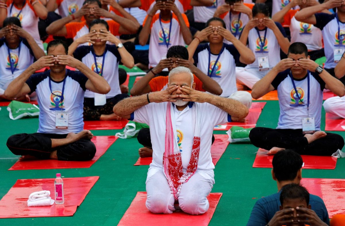 Indian Prime Minister Narendra Modi performs yoga on International Yoga Day in Lucknow, India June 21, 2017. Photo: Reuters / Pawan Kumar