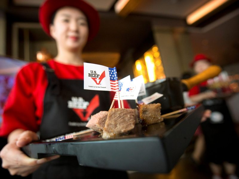 A hostess holds a tray of sliced American beef at an event to celebrate the re-introduction of American beef imports to China, in Beijing, on June 30, 2017. Photo: Reuters / Mark Schiefelbein