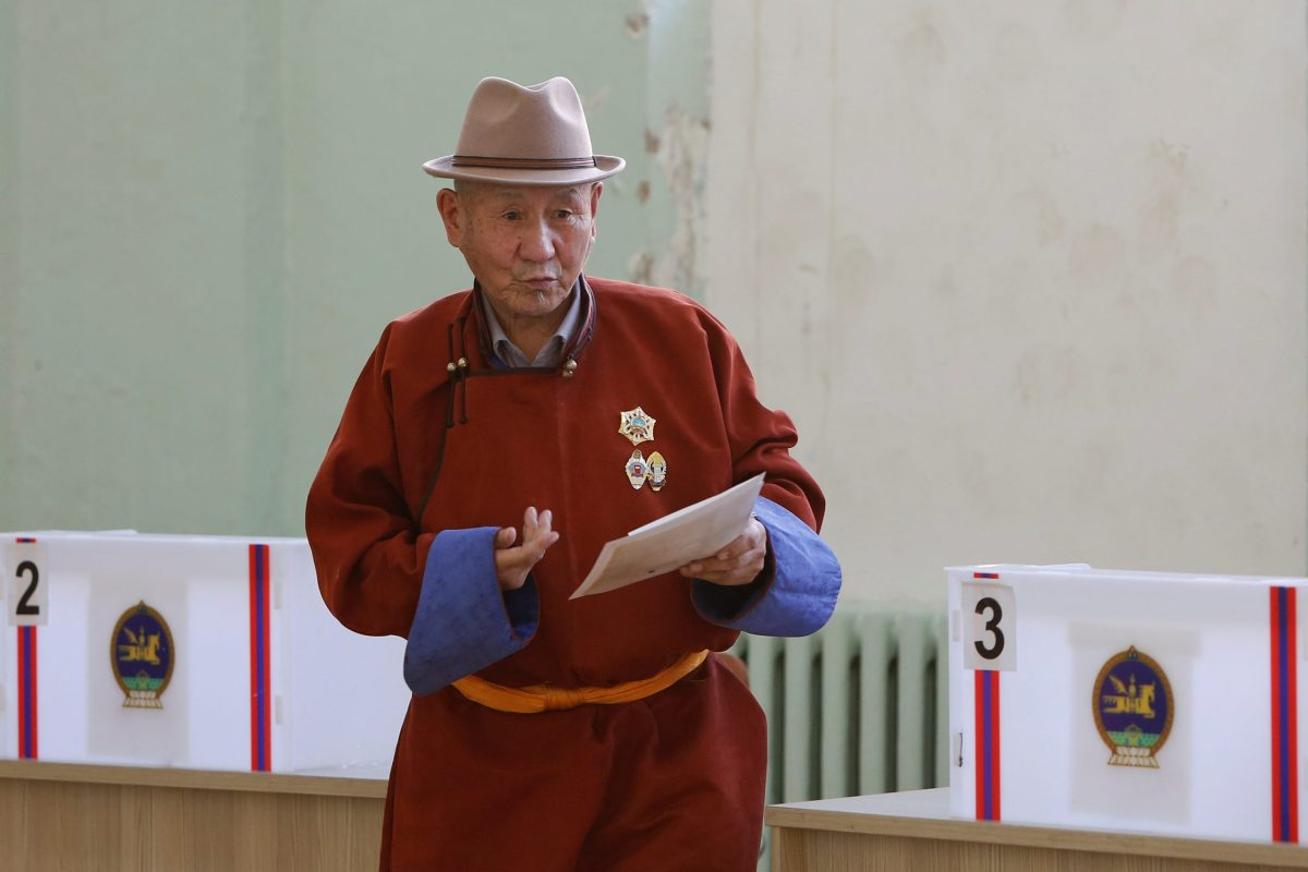A man votes in the second round of presidential elections in Ulaanbaatar, Mongolia, July 7, 2017. Photo: Reuters  / B. Rentsendorj