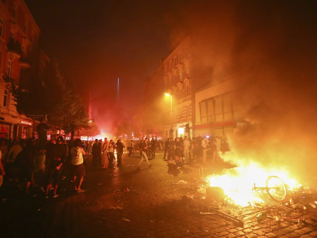 Barricades burn as protesters clash with riot police during the protests at the G20 summit in Hamburg, Germany, July 7, 2017. Photo:Reuters /Pawel Kopczynski