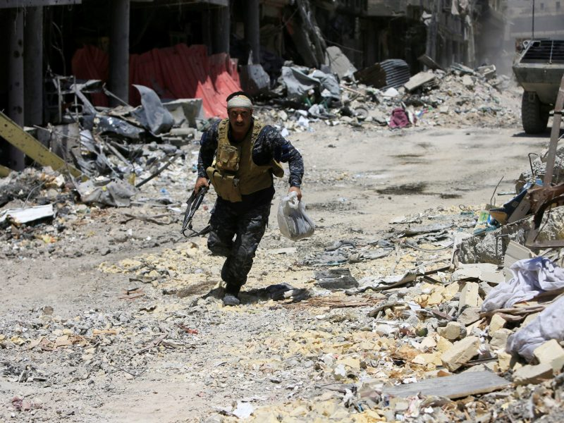 A member of the Iraqi security forces runs with his weapon during a fight. Photo: Reuters/Alaa Al-Marjani