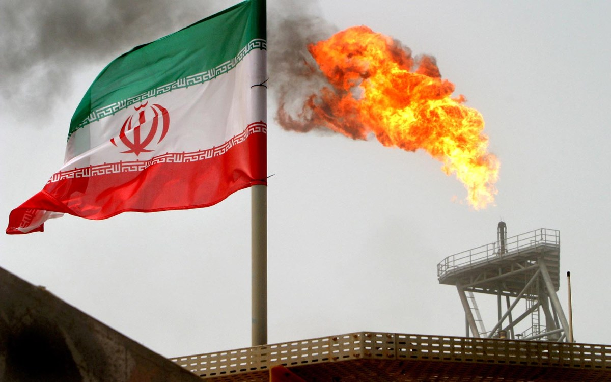 An oil production platform  in Iran's Soroush oil fields. Photo: Reuters / Raheb Homavandi