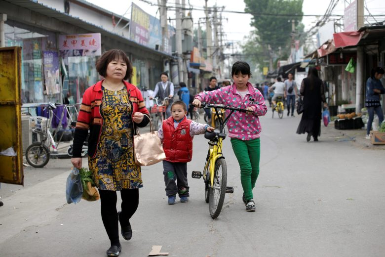 Children use an Ofo shared bike at a residential area for migrant workers in a village on the outskirts of Beijing on April 16, 2017. Photo: Reuters/Jason Lee