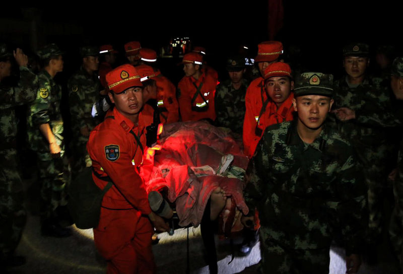 Chinese paramilitary police carry a survivor after an earthquake in Jiuzhaigou county, Ngawa prefecture, Sichuan province, China August 9, 2017. Reuters/Stringer