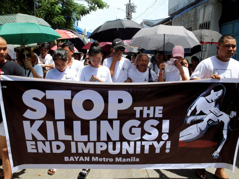 Relatives and loved ones of Leover Miranda, 39, who was killed in a drug raid, call for an end to President Rodrigo Duterte's ruthless war on drugs, during a funeral march in metro Manila on August 20, 2017. Photo: Reuters/Romeo Ranoco
