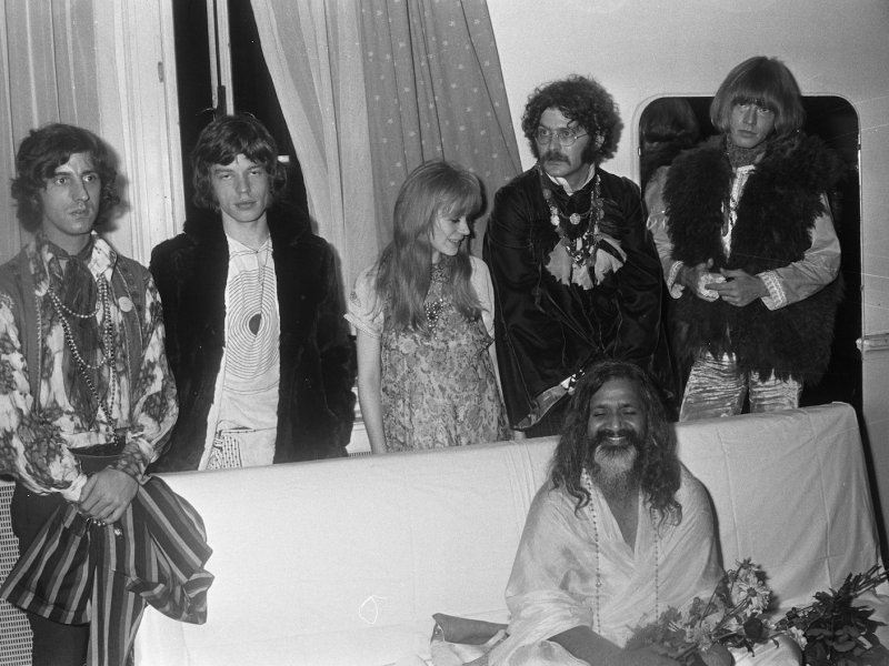 Maharishi Mahesh Yogi appears in Amsterdam in 1967 with (left to right) Michael Cooper, Mick Jagger, Marianne Faithfull, Al Vandenberg and Brian Jones. Photo: Ben Merk/Wikipedia